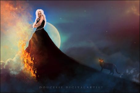 Фото Девушка в черном платье, с одной стороны которого подол в огне, а с другой по нему идет кот с горящими глазами, ву Doucesse