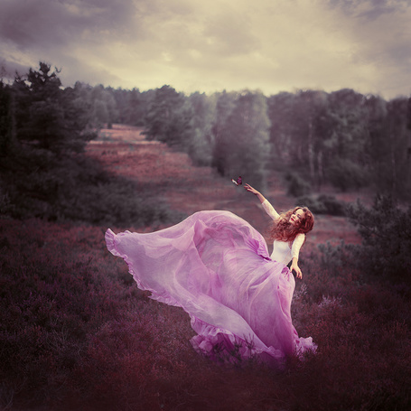 Фото Девушка в розовом платье стоит на фоне природы, by Sturmideenkind