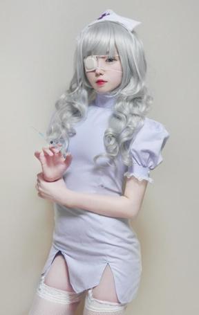 Фото Девушка в коротком платье с большими вырезами и в чулках, с пластырем на глазе, держит в руках шприц