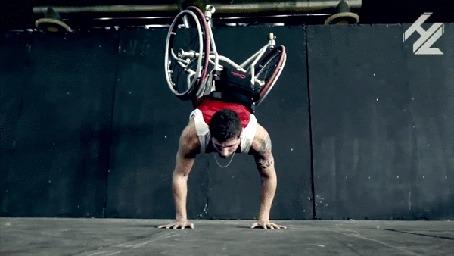 Фото Параспортсмен отжимается на руках вместе с коляской