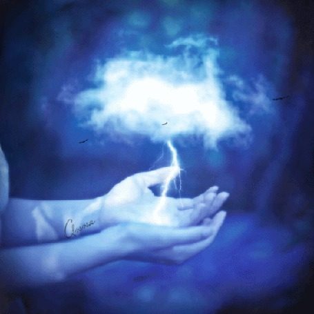 Фото У девушки над руками парит облачко с молнией, кружат птицы
