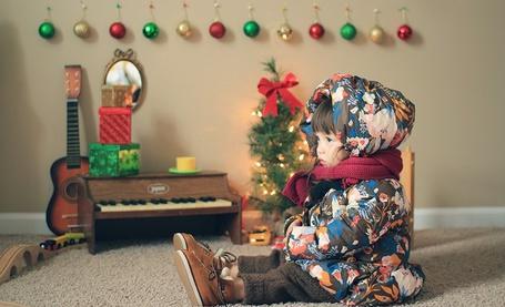 Фото Хэйден Мисо Кенни / Hayden Miso Kenny в курточке и штанишках сидит на полу возле игрушечных инструментов (Метис США / Южная Корея)