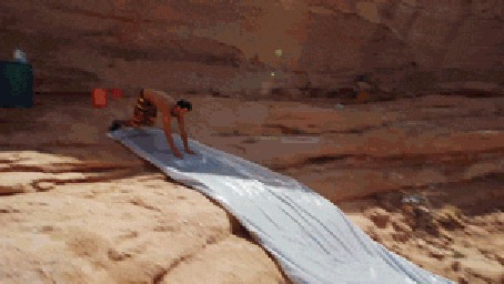 Фото Парень необычным образом спускается с горы и прыгает в воду