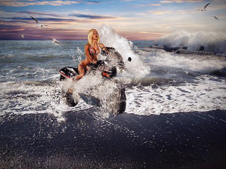 Фото Закат, на море девушка на мотоцикле выезжает на пляж и ее достает волна