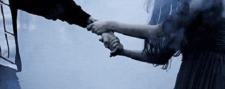 Фото Девушка тянет к себе парня за руку
