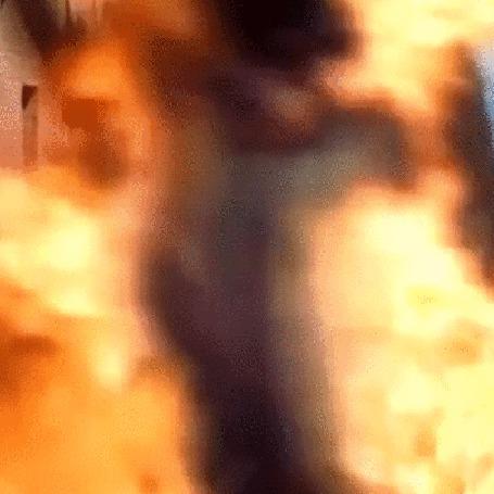 Фото Дейенерис Таргариен (Эмилия Кларк) в огне. (фрагмент сериала Игра престолов)