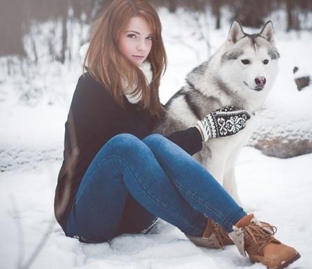 Модель девушка сидит на