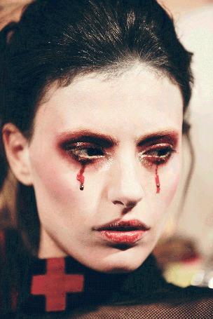 Фото Девушка с кровавыми слезами