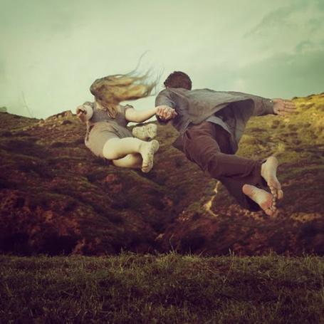 Фото Парень с девушкой парят над землей, автор Брук Шаден