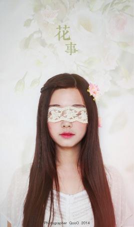 Фото Девушка - шатенка с повязкой на глазах