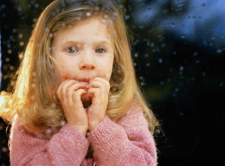 Фото Девочка за стеклом в каплях дождя