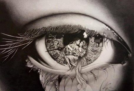 Фото Влюбленная пара на циферблате, который изображен в зрачке глаза