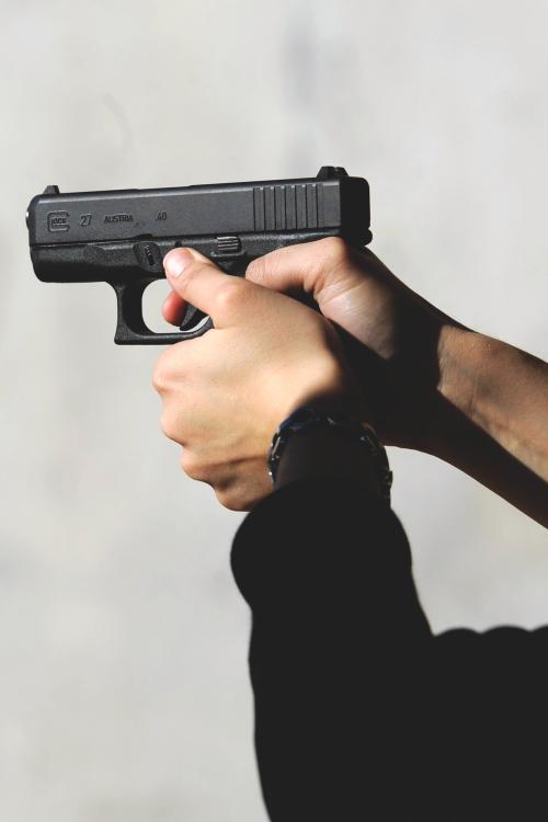 картинки револьвер в руках карту чтобы