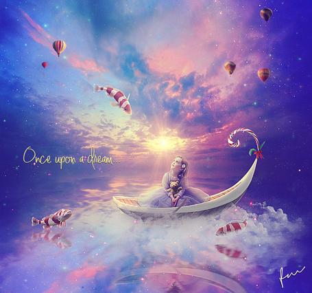 Фото Милая девочка с цветком в волосах, держащая в руках плюшевого медвежонка, сидящая в лодке, плывущей по морю, любуется парящими в воздухе декоративными рыбками и воздушными шарами на фоне заката солнца на вечернем небосклоне, Once upon a dream / Один раз по памяти, автор Secretadmires