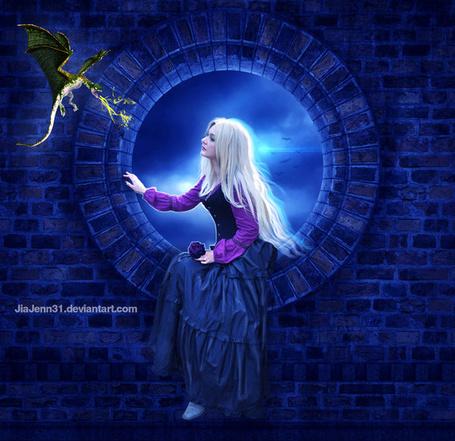 Фото Светловолосая девушка, держащая в руке бордовую розу, сидящая в круглом проеме кирпичной стены на фоне ночного неба с летящей птицей и подлетающего к ней маленького дракончика, автор Jia Jenn31