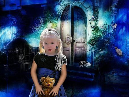 Фото Светловолосая, милая девочка, держащая в руках плюшевого медвежонка, стоящая в ночи возле крыльца каменного дома с лежащей на крыльце собакой, сидящей на окне кошкой и летающих попугаев, автор Tinca2