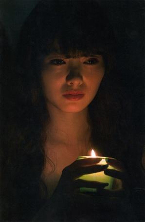 Фото Участница группы Nogizaka46, Шираиши Май / Shiraishi Mai, держит в руках свечку и плачет