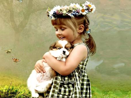 Фото Девочка улыбаясь и закрыв от умиления глаза, прижала к себе милого щенка