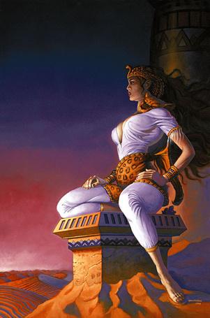 Фото Египетская царица Клеопатра в шкуре леопарда, голова которого лежит у нее на плече, сидит на квадратном резном с узорами камне, установленном на вершине песчаного бархана и наблюдает за жизнью своего государства