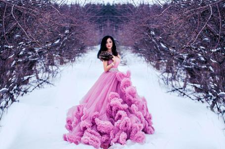Фото Девушка в розовом платье стоит на снегу, фотограф Ирина Макаревич