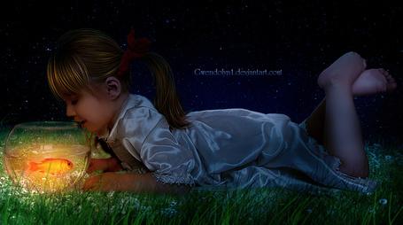 Фото Милая девочка, лежащая на зеленой траве с растущими белыми ромашками, смотрит на плавающую в шарообразном аквариуме золотую рыбку на фоне ночного, звездного неба, автор Gwendolyn 1