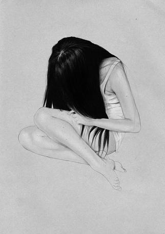 Фото Девушка сидит с опущенной головой