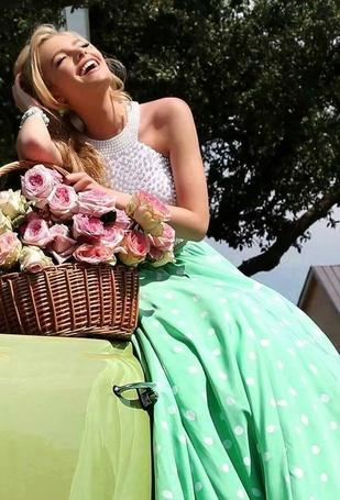 Фото Улыбающаяся девушка с цветами в корзине