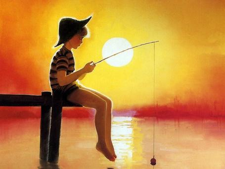 Фото Мальчик рыбак сидит на деревянном мостике с удочкой в руках