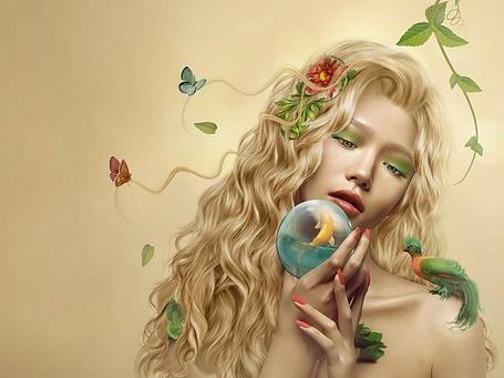 Фото Девушка Лето с зелеными глазами, с птичкой на плече, с бабочками и цветами в волосах держит в руке стеклянный шар с водой, в которой плавает золотая рыбка