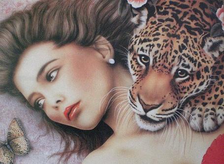 Фото У лежащей на спине девушки, на грудь положил голову леопард