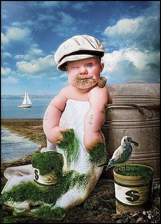 Фото Мальчик в кепке моряка, с люлькой во рту, с прищуренным взглядом, с морскими водорослями в руке, с тату в виде якоря на руке, в образе моряка Попайя / Popeye the Sailor/ , буквально «Лупоглаз» — герой американских комиксов и мультфильмов