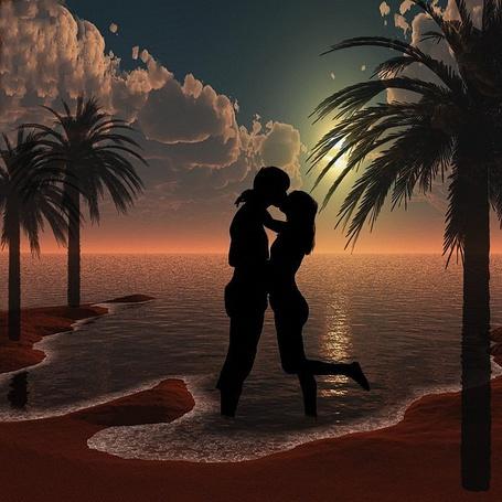 Фото Мужчина и женщина целуются стоя в воде на фоне вечернего восхода Луны над морской лагуной