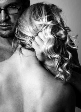 Фото Парень держит девушку за волосы
