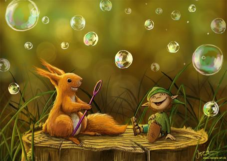 Фото Белка и маленький гномик сидят на пне и пускают мыльные пузыри