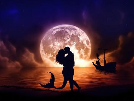 Фото Силуэт целующихся мужчины и девушки русалки, на фоне моря со стоящим на якоре кораблем и огромной Луной на небе