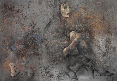 Фото Грустная девушка сидит на полу, рядом детская игрушка медвежонок, художник Виктор Шелег, Взрослая