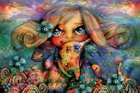 Фото Девочка с цветком в волосах и с огромными голубыми глазами стоит среди сказочного мира, состоящего с цветов, птиц, рыбок, насекомых и держит в руке игрушечного дельфина, разрисованного цветами, художница Карин Тейлор