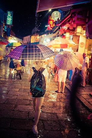 Фото Девушка идет под зонтиком по дождливым освещенным улицам Токио, Япония, автор In Town