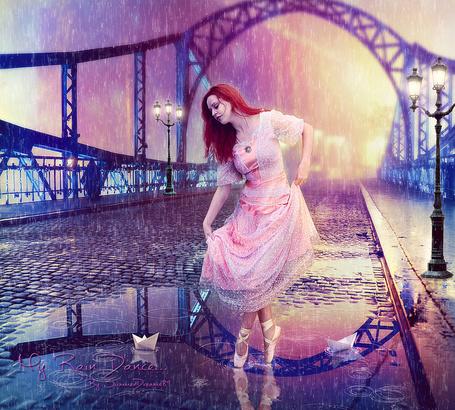 Фото Рыжеволосая балерина, стоящая на носочках в пуантах на мощеной дороге, проходящей по автомобильному мосту, покрытому лужами воды от идущего сильного дождя, плавающими в воде белыми, бумажными корабликами, автор Summer Dreams 89