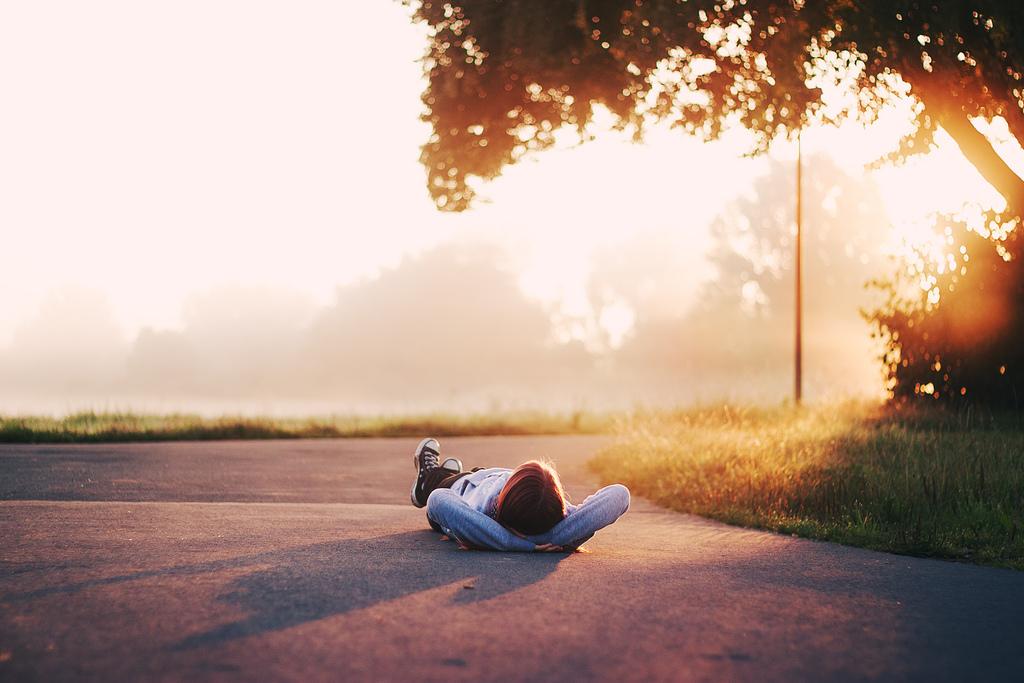 Картинка лежа на дороге