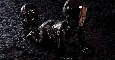 Фото Ребенок с мячом, измазанный в грязи с ног до головы