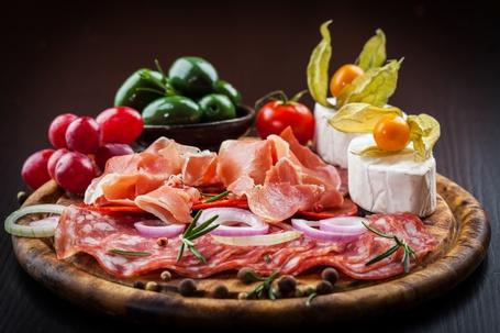 Фото Тарелка с деликатесами и овощами