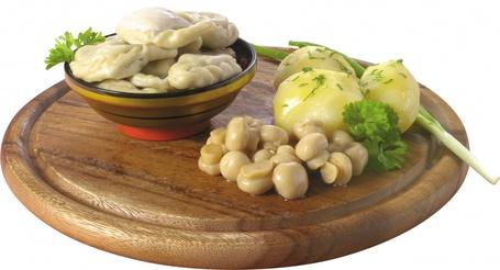 Фото Поднос с варениками, грибочками и картофелем