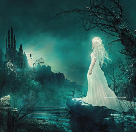 Фото Эльфийка в белых одеждах смотрит в сторону замка, автор Mysterykids (Tб»ќ Rн)