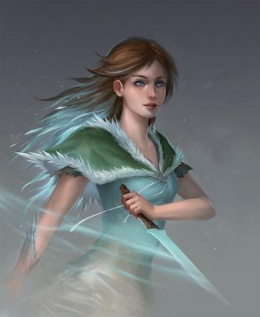 Фото Девушка стоящая в тумане, держит в руке кинжал