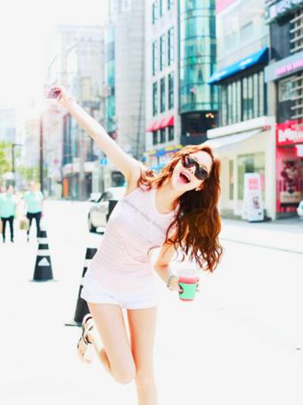 Фото Радостная девушка идет по дороге