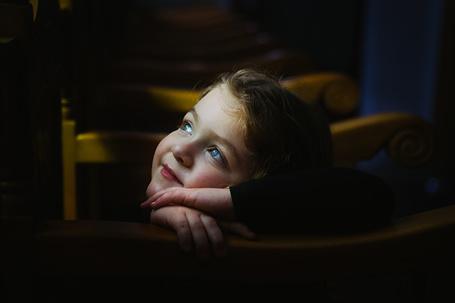 Фото Портрет радостной мечтательной девочки