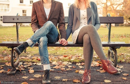 Фото Парень с девушкой сидят на лавочке