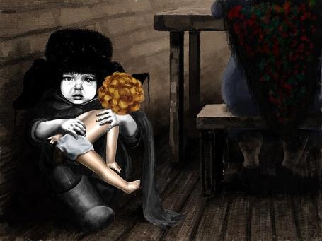 Фото Мальчик в зимней одежде сидит на полу возле скамейки, где сидит взрослый человек и держит в руках куклу девочки