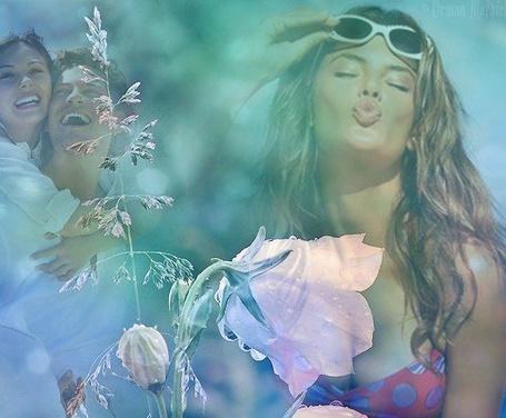 Фото Девушка выставила губы для поцелуя, на фоне влюбленной пары мужчины, женщины и розовых цветов